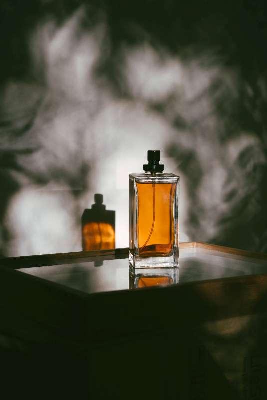 Perfumes recomendados para hombres jóvenes